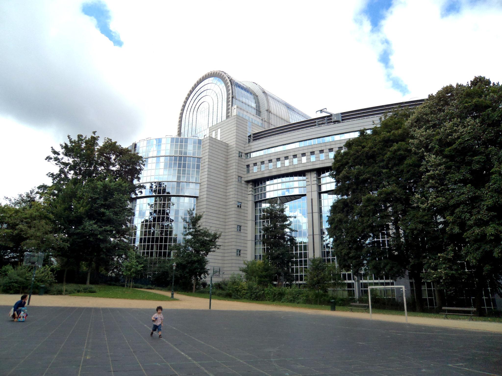 Parlament Europejski w Brukseli, widziany z Parku Leopolda