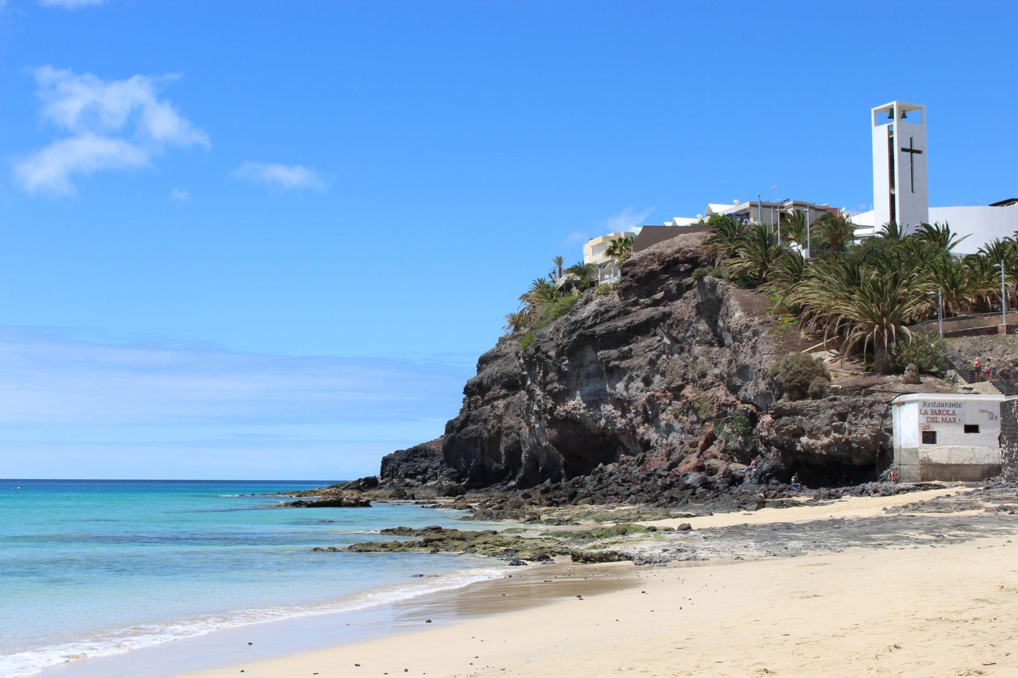 Malownicza skała, zamykająca plażę w Morro Jable.