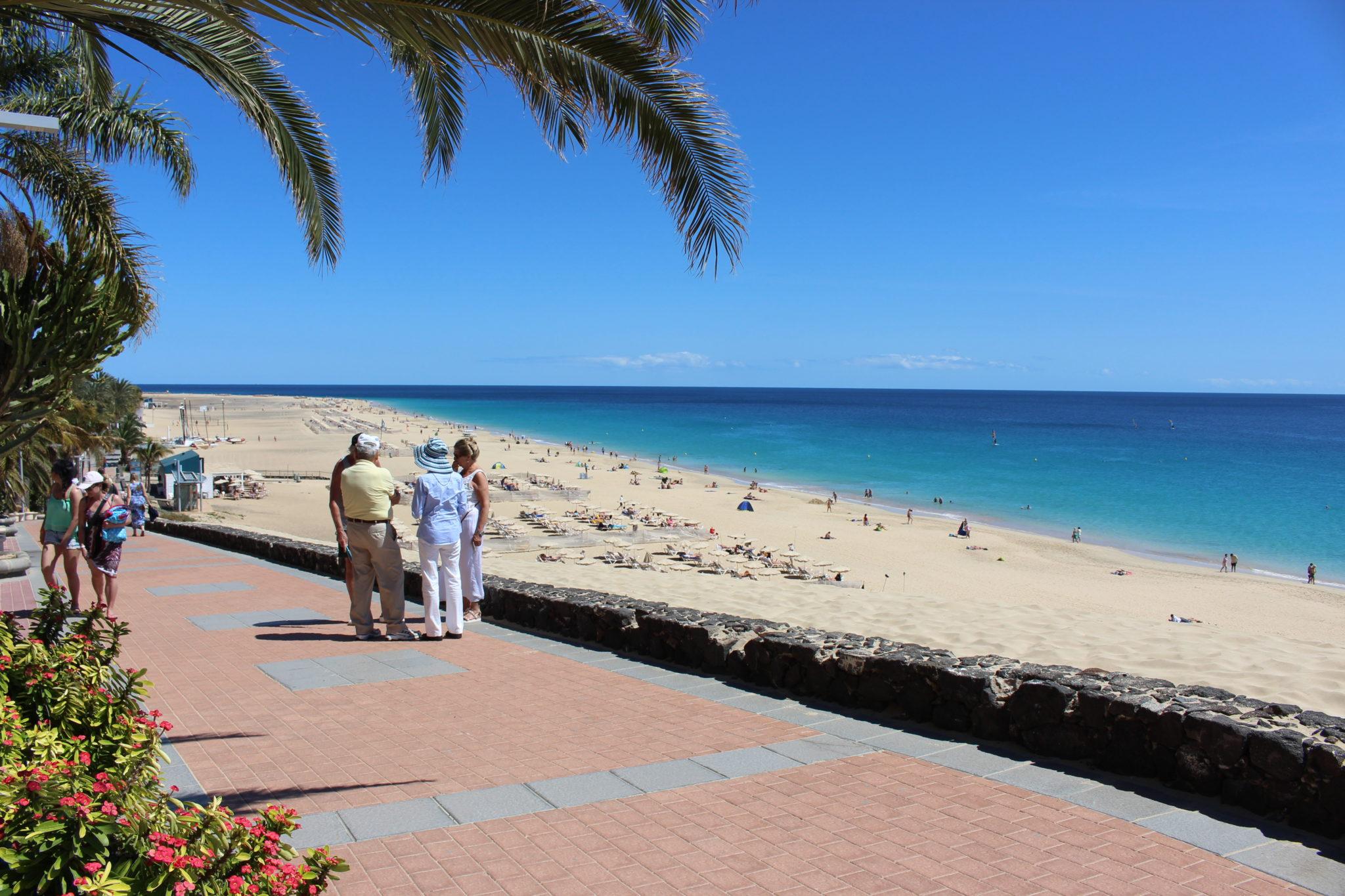 Grupka szykownych niemieckich emerytów spędza czas na promenadzie.