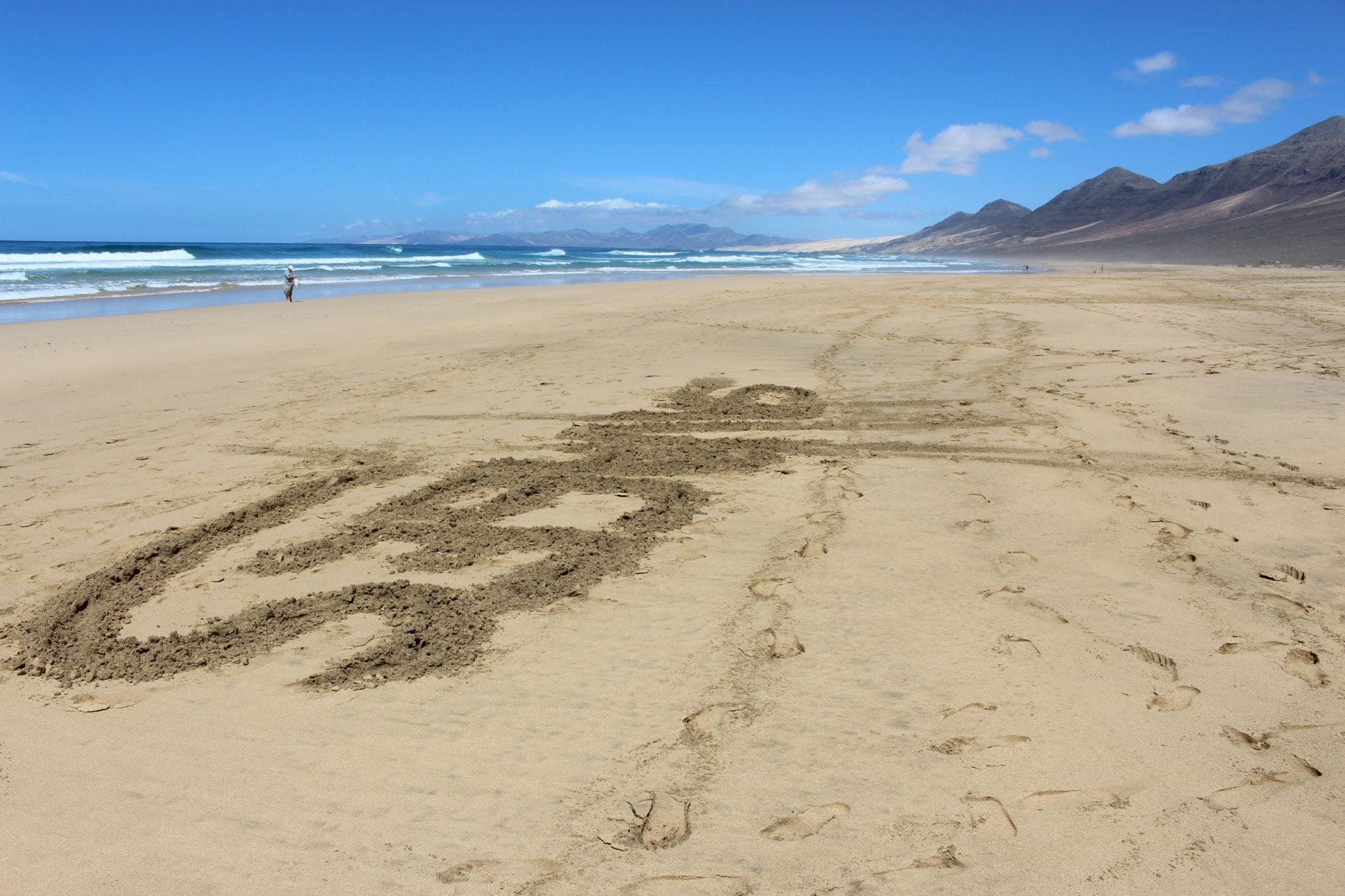 Ktoś, kto był tu przede mną, zostawił na piasku napis, który pomógł mi ciekawie wypełnić kadr.
