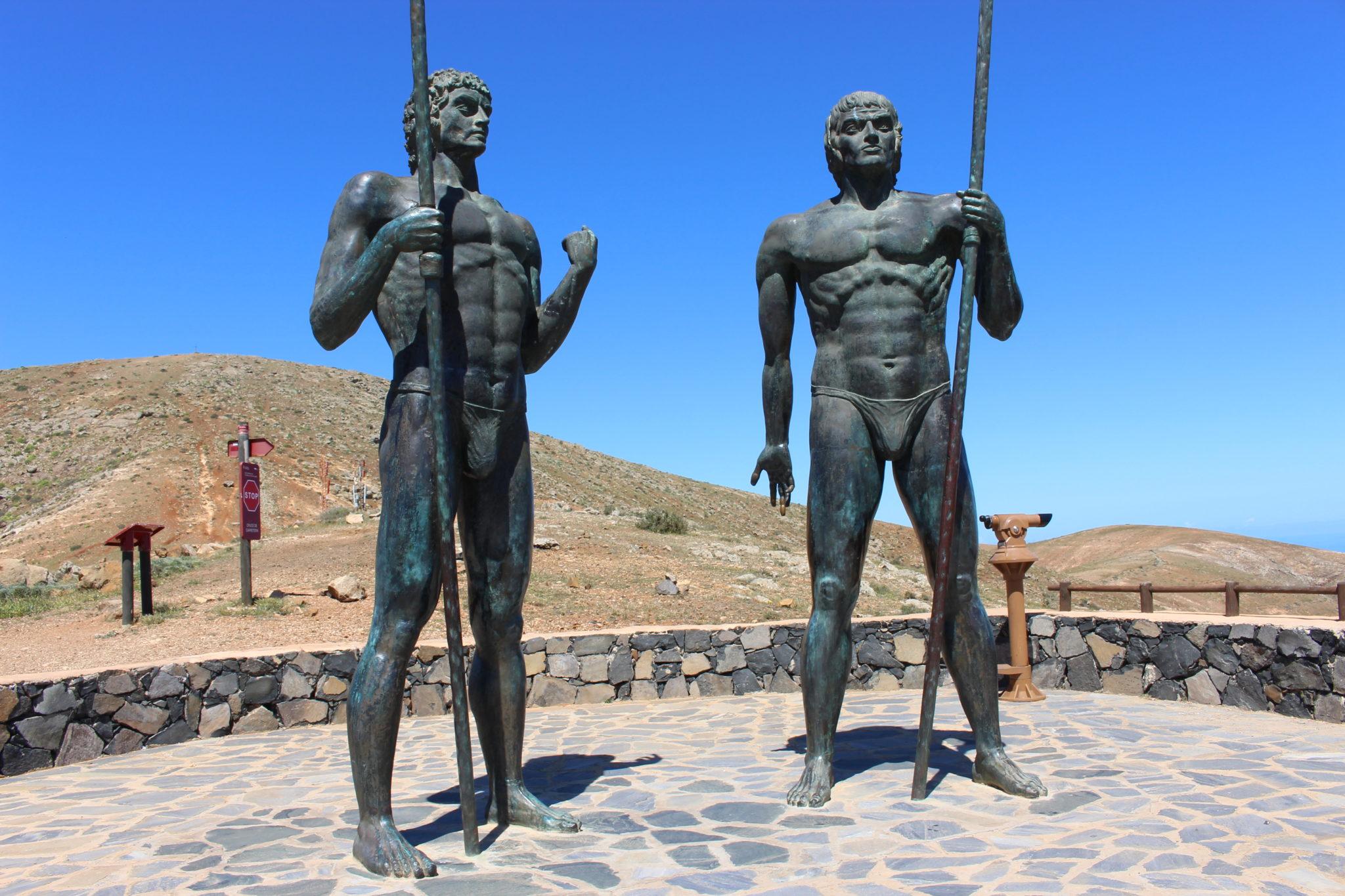 Posągi ostatnich władców Fuerteventury przed hiszpańską kolonizacją.