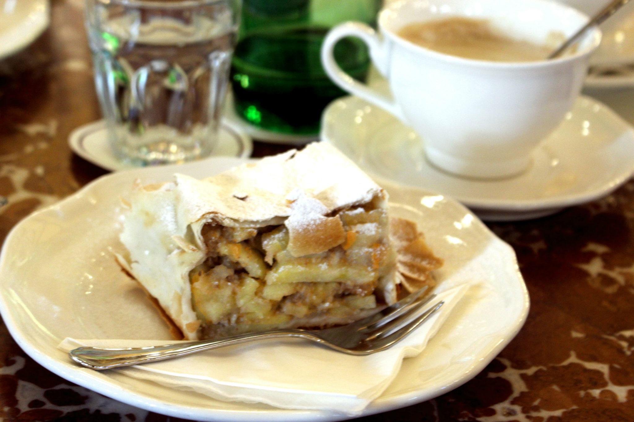 Według wiedeńczyków, do Cafe Central przychodzi się na Apfelstrudel.